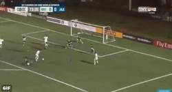 Enlace a GIF: Aunque Cristiano supere a Raul en liga... Él sigue marcando goles en el Cosmos