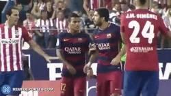 Enlace a GIF: Amor uruguayo. Los 'cariñitos' entre Suárez y Godín en el Atlético vs Barcelona