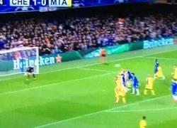 Enlace a GIF: Golazo de Willian para poner en ventaja al Chelsea