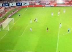 Enlace a GIF: El golazo de Müller para adelantar al Bayern