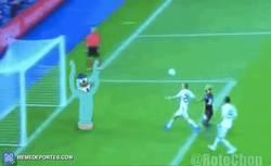 Enlace a GIF: Otra perspectiva del gol a Casillas en el 89', por @rotochop_