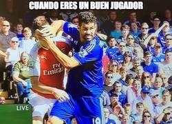 Enlace a El Diego Costa que mira por la salud de los jugadores