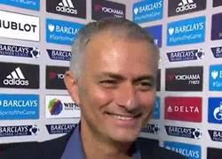 Enlace a GIF: Mourinho haciendo un Mourinho, todo un crack