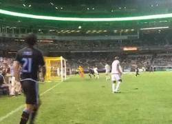 Enlace a GIF: Pirlo a punto de marcar un gol olímpico