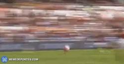 Enlace a GIF: Totti marca su gol número 300 con la Roma con 38 años. LEYENDA