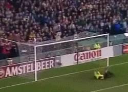 Enlace a GIF: Recordamos este golazo de Batistuta ante el Manchester United