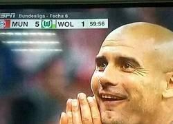Enlace a GIF: La cara de Guardiola tras el repóker de Lewandowski