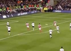 Enlace a GIF: El golazo de Flamini para eliminar al Tottenham de la Capital One Cup