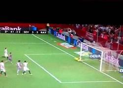 Enlace a GIF: Buen gol de tiro libre de Konoplyanka para que el Sevilla gane el partido