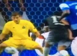 Enlace a GIF: Casillas destacando ante el Chelsea y Mou flipando. ¡Vaya mano a mano ha salvado!