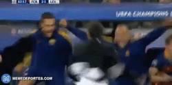 Enlace a GIF: La celebración de Luis Enrique tras el golazo de Suárez