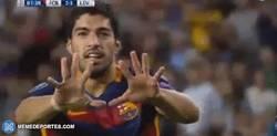 Enlace a GIF: Suárez le dedicó su gol a Messi