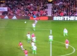 Enlace a GIF: Smalling marca el segundo del United, ¡OJO al gran pase de Mata!