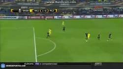 Enlace a GIF: Léo Baptistão marcandose un Leo Messi