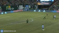 Enlace a GIF: Golazo a lo Messi en la  MLS