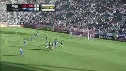 Enlace a GIF: Golazo de tiro libre de Drogba, esto no se pierde por más que tengas 37 años