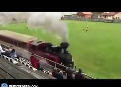 Enlace a GIF: Increíble, una locomotora pasa en medio de un partido de fútbol amateur