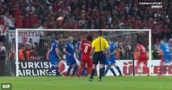 Enlace a GIF: El golazo Selçuk İnan que le ha dado la clasificación a Turquía para la Eurocopa 2016