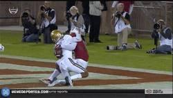 Enlace a GIF: Cuando haces un touchdown y de paso consuelas al rival con un abrazo