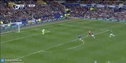 Enlace a GIF: El gol de Rooney contra el Everton (su ex-equipo)