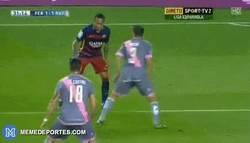 Enlace a GIF: El caño soberbio de Neymar para provocar un penalti