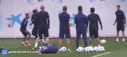 Enlace a GIF: Caño de Masche a Neymar, papeles invertidos en el entrenamiento