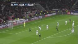 Enlace a GIF: Con este golazo iniciaba su remontada el Leverkusen