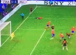 Enlace a GIF: Gran cabezazo de Martial que marca su gol para empatar el partido