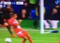 Enlace a GIF: Gol de De Bruyne que remonta al borde del final del partido al Sevilla