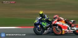 Enlace a GIF: EL MOMENTO CLAVE. Valentino Rossi le da una patada a Marquez en plena carrera
