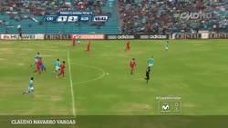 Enlace a GIF: Buena asistencia de tacón del árbitro en la liga peruana