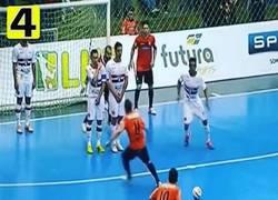 Enlace a GIF: Golazo de falta ensayada en el fútbol sala