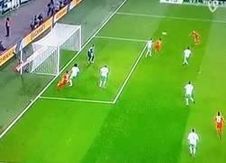 Enlace a GIF: Gran gol de Müller de volea para poner el tercero en el marcador
