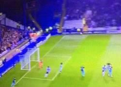 Enlace a GIF: El gol de Wallace que sorprende al Arsenal en la Capital One Cup