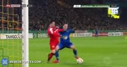 Enlace a GIF: Error garrafal de Bürki que ponía el 1-0 del Paderborn sobre el BVB en Copa Alemana