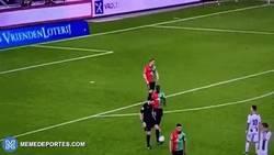 Enlace a GIF: Este árbitro tiene más calidad que algunos futbolistas. CRACK