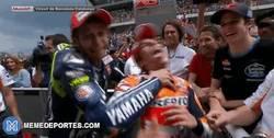 Enlace a GIF: Aquí podemos ver la brutal agresión de Valentino a Marc, ¡asesino!