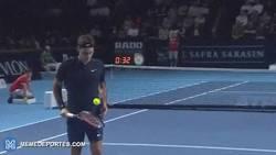 Enlace a GIF: La raqueta de Federer, puro magnetismo