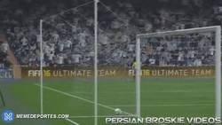 Enlace a GIF: Cómo sería jugar al FIFA con futbolistas: Cristiano Ronaldo
