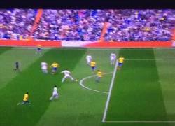 Enlace a GIF: Buen pase de Casemiro que Isco aprovecha para adelantar a su equipo en el marcador