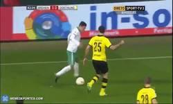 Enlace a GIF: Junuzovic le hace 3 caños a Sokratis en la misma jugada ¡Espectacular!