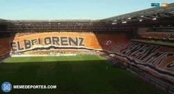 Enlace a GIF: El Dinamo Dresden, de la tercera división alemana, desplegó la pancarta más grande de Europa
