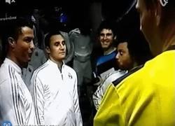 Enlace a GIF: Cristiano Ronaldo y sus confianzas con el árbitro antes de empezar el partido