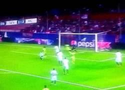 Enlace a GIF: Gol de Bony, el City arrollando al Sevilla