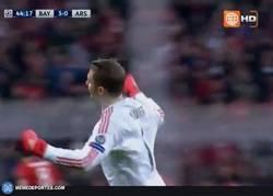 Enlace a GIF: Golazo de Alaba contra el Arsenal, todos a celebrarlo