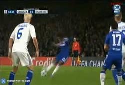 Enlace a GIF: Vaya GOLAZO de Willian que pone el 2-1 para el Chelsea. ¡Espectacular!
