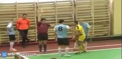 Enlace a GIF: Tremendo puñetazo de un jugador al árbitro en un partido en Rusia