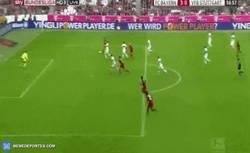 Enlace a GIF: Gol de Lewandowski a pase de Müller