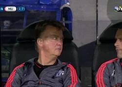 Enlace a GIF: Reacción de Van Gaal al ver que Chicharito ha hecho más goles que toda su delantera