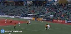 Enlace a GIF: Raúl elimina dos defensas como en sus mejores tiempos
